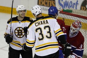 Daniel Paille (vľavo) bol v minulosti spoluhráčom Zdena Cháru v Bostone Bruins. Dnes si oblieka dres švédskeho Brynäsu a v zápase Ligy majstrov utrpel otras mozgu.