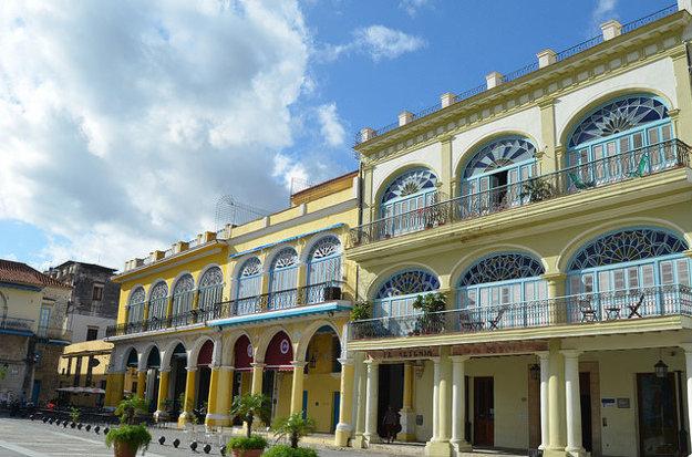 Historické námestia v Havane majú svoje architektonické čaro aj pre laikov.