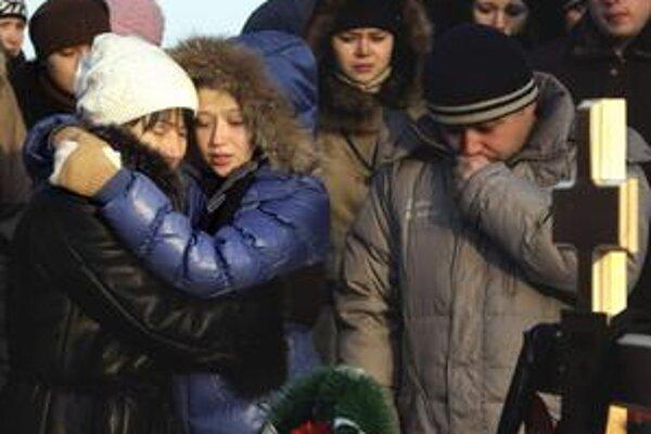 V meste Perm už včera pochovávali prvé obete  sobotňajšej tragédie.