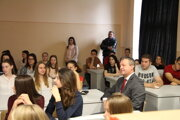 Medzi študentov gymnázia prišiel aj župan Jaroslav Baška.
