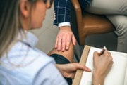 Chytenie za koleno patrí k najznámejším prípadom sexuálneho obťažovania.