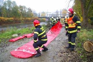 Pri rieke Kysuca uskutočnilo veľké cvičenie zamerané na použitie protipovodňových zábran a koordináciu dobrovoľných a profesionálnych hasičov.