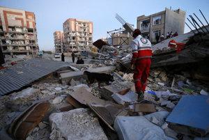 Záchranári prehľadávajú trosky budov.