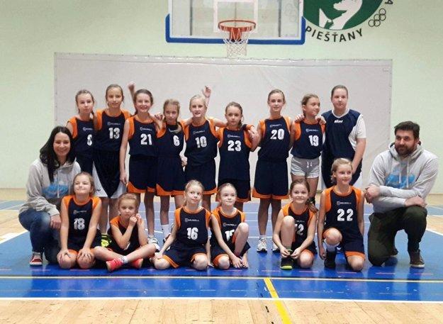 Mladšie minižiačky v prvom majstrovskom zápase vyhrali v Piešťanoch. Na snímke sú tréneri Zdenka Olšanská a Martin Takáč.
