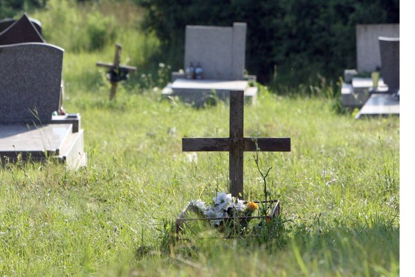 Samosprávy sa starajú o kosenie cintorínov.
