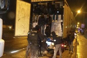 Policajný zásah proti nelegálnym migrantom v Žiline.