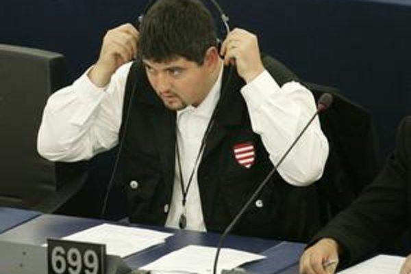 Poslanec  Jobbiku Csanád Szegedi sa v Štrasburgu predvádzal v  uniforme zakázanej Maďarskej gardy.
