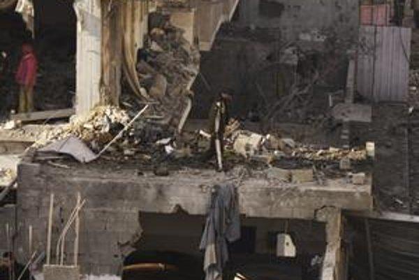 Izraelské nálety v pásme Gazy neustávajú ani po necelých troch týždňoch. V stredu si vybrali za cieľ aj moslimský cintorín.