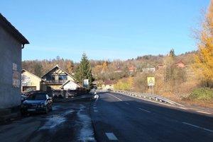 Cesta priamo v obci Kremnické Bane. Od obecného úradu smerom popri domoch. Chodník na nej chýbal v minulosti a bude aj teraz.