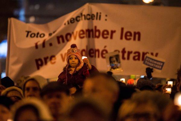 Účastníci spoločného podujatia opozičných strán s názvom Toto sme nechceli! pri príležitosti 27. výročia Nežnej revolúcie na Námestí SNP 17. novembra 2016 v Bratislave