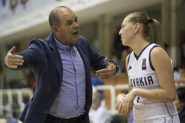 Tréner Slovenska Peter Kováčik dáva inštrukcie Nikole Dudášovej.
