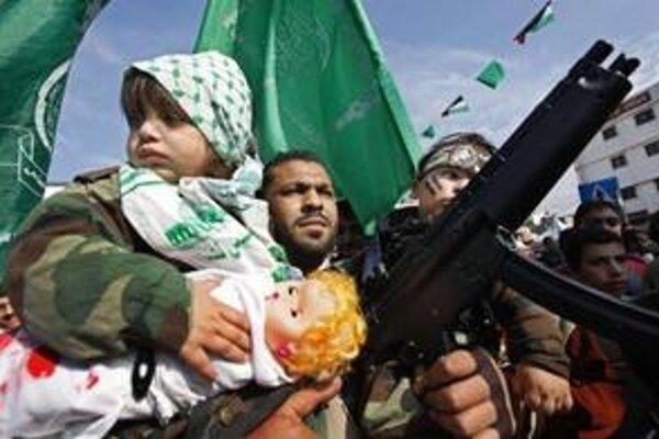 Palestínsky militant so svojimi dvoma deťmi počas sprievodu v Gaze.