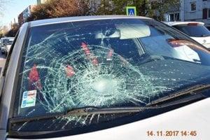 Náraz bol taký silný, že na aute prasklo čelné sklo. Chodkyňa skončila v nemocnici.