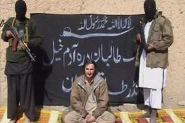 Záznam z videa popravy poľského geológa, ktorý zverejnil Taliban.