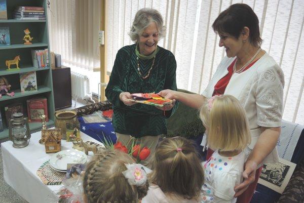 Elena Vojteková medzi deťmi v knižnici.
