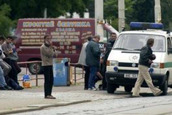 Policajti kontrolujú cudzincov pred pražským Výstaviskom, nelegálnou burzou práce.