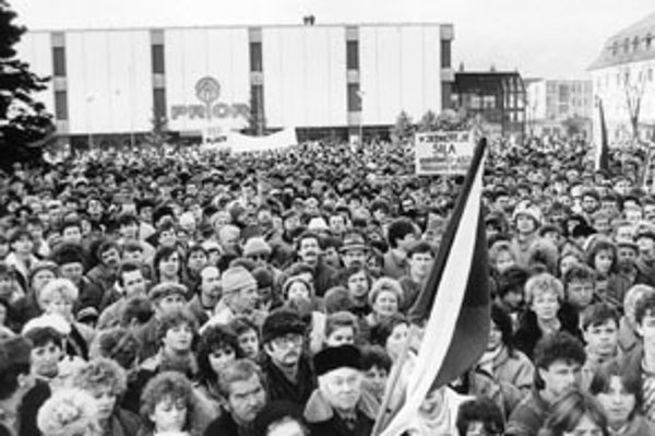 November 1989 v Martine - revolučné zhromaždenie na Námestí SNP.