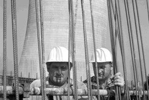 Z výstavby jadrovej elektrárne V1 v Jaslovských Bohuniciach.  Na archívnej snímke z 12. júla 1976 pohľad na betonárske práce na chladiacej veži č.3.