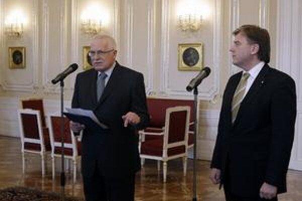 Český prezident Václav Klaus (vľavo) hovorí k médiám po prijatí demisie Topolánkovej vlády.