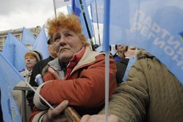 Opoziční aktivisti počas protestu v Kyjeve 27. marca 2009.