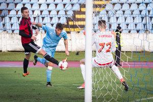 Filip Hološko (v modrom) strelil jediný gól zápasu.