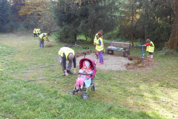 Pri práci v zóne Popradka pomohli aj dobrovoľníci.