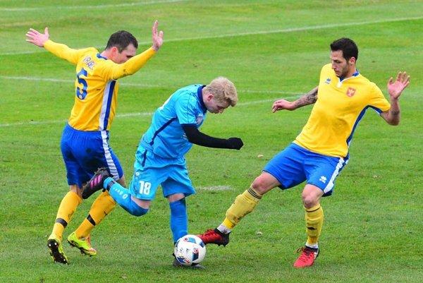 Šaľa hrala s Vrábľami 1:1. Domáci Tomáš Surányi medzi dvojicou Milan Fekiač - Miloš Nikolič.