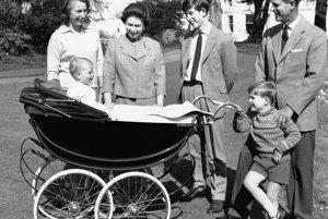 Na snímke z 19. decembra 1965 britská kráľovná Alžbeta II. a manžel princ Philip so svojimi deťmi vo Windsore. Zľava princezná Anne, princ Charles, princ Andrew a v kočíku princ Edward.