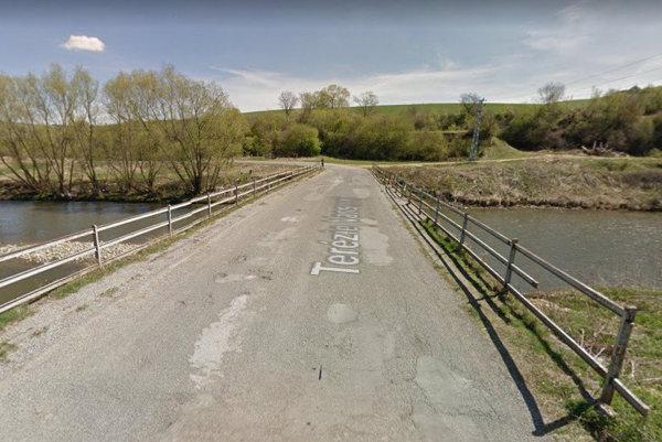 v Podolínci mimo centra mesta. Most prechádza ponad rieku Poprad, smerom do obce Lomnička.