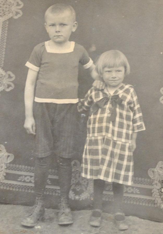 Prvýkrát v živote sa Anna Kovárová fotila ako päťročná. Na fotke so svojim starším bratom.