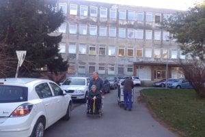 V areáli trnavskej nemocnice  sa parkuje na každom voľnom mieste. Po zavedení parkovania zadarmo pribudlo áut.