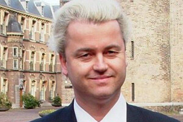 Geert Wilders je známou figúrou holandskej politiky - s odfarbenými a natupírovanými vlasmi a čoraz hrubšími komentármi na islam a etablované politické strany.