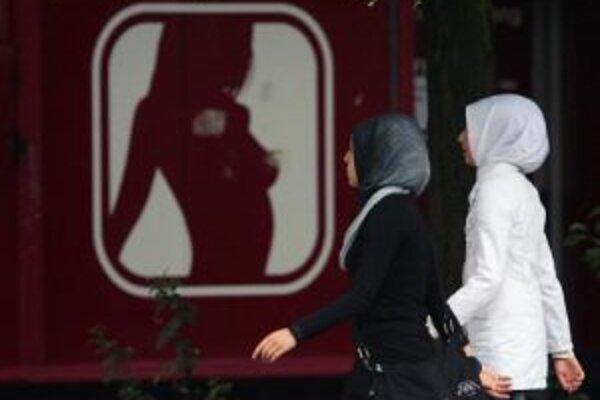 Podľa tureckej vlády je zrušenie zákazu šatiek na univerzitách otázkou práv žien. Oponenti tvrdia, že ide o pomalú islamizáciu krajiny.