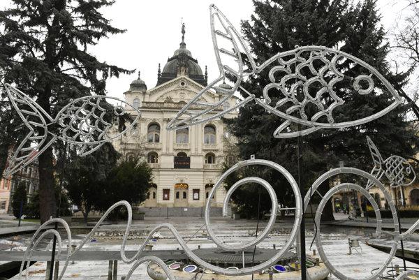 Na snímke vianočná výzdoba v spievajúcej fontáne pred Štátnym divadlom na Hlavnej ulici v Košiciach.