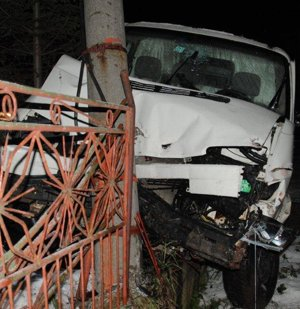Dodávka zničil plot aj stĺp.