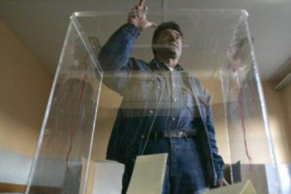 Kosovský srb po vhodení svojho hlasovacieho lístka do volebnej urny v meste Gracanica.