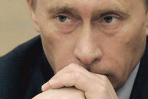 Putin vylúčil iniciovanie ústavných zmien tak, aby mu bolo umožnené kandidovať tretí raz, očakáva sa však, že si vyberie svojho nástupcu, ktorý by pokračoval v jeho politike. Najpravdepodobnejšími nástupcami sú súčasný minister obrany Sergej Ivanov alebo