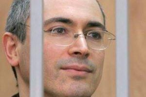 Chodorkovskij, zakladateľ ropného gigantu Jukos, ktorý je teraz v konkurze, si odpykáva osemročné väzenie potom, čo ho v roku 2005 odsúdili za podvod a daňové úniky.