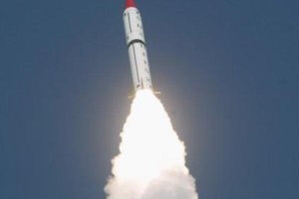 Pevným palivom poháňaná dvojstupňová balistická raketa Šahín II (Hatf VI) po štarte.