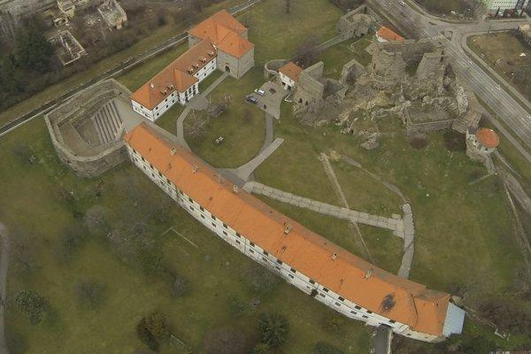 Levický hrad je dominantou mesta aj okolia.