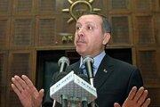 Erdogan (na snímke) ukončil špekulácie, že o najvyšší post v štáte sa bude uchádzať sám.
