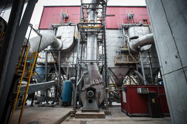 Potrubia, ktoré filtrujú výpary zo spaľovaného odpadu. Výsledné emisie sú prísne kontrolované.