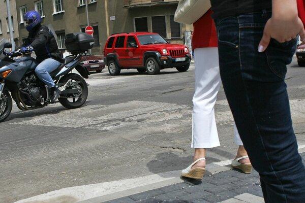 Motocyklista pri nehode zachytil chodkyňu, utrpela zranenia.