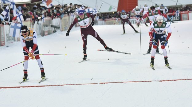 Johannes Hösflot Klaebo (vľavo) sa tešil po mimoriadne dramatickom finiši.