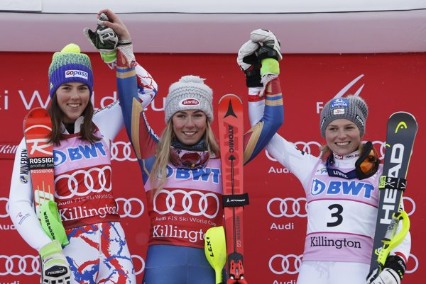 Petra Vlhová (vľavo) opäť vystúpila na stupne víťazov. Zdolala ju len Mikaela Shiffrinová (v strede). Tretia skončila Bernadette Schildová z Rakúska.