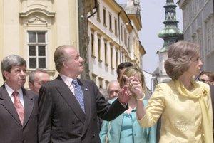 Juan Carlos I. s manželkou Sofiou venovali poludnie 3. júla 2002 prechádzke po historickej časti bratislavského Starého Mesta. Prehliadku začali v Dóme sv. Martina odkiaľ sa prešli po Prepoštskej ulici. Španielsky monarcha nezaprel v sebe päťnásobného starého otca, keď s úsmevom vzal na ruky malé dievčatko s vrkôčikmi a opakovane sa s ním vyfotografoval. Na snímke Juan Carlos I. (vľavo) s manželkou Sofiou  uprostred/ počas prehliadky mesta v sprievode primátora Jozefa Moravčíka /vpravo/<br>Foto: