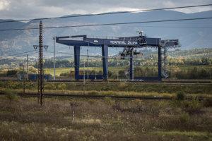 Železnice SR z eurofondov postavili kontajnerové prekladisko v Žiline za 30 miliónov eur, ale od kolaudácie je objekt opustený a nevyužitý. Advokátska kancelária Ružička Csekes preto radí železniciam pri nájdení a zazmluvnení koncesionára, teda nájomcu, ktorý by terminál prevádzkoval.