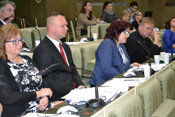 Humenskí poslanci. Na piatkovom rokovaní schválili prenájom parcely v Priemyselnom parkukGuttmanovo pre nového investora.