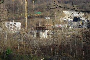 Bytovky stoja kúsok od tunela, kde robia ktorý momentálne hĺbia. Odstrely robia aj v noci.
