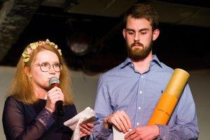 Študenti vľavo Karolína Farská a Dávid Straka získali cenu Mladá osobnosť roka. Zorganizovali veľký protikorupčný pochod.